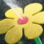 Drôle !!!! Asperseur fleur folle pâquerette jaune pour pelouse jardin de la marque Flo image 1 produit